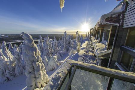 Außenaufnahme entlang der zugeschneiten Feinsterfront des Hotels Iso-Syöte