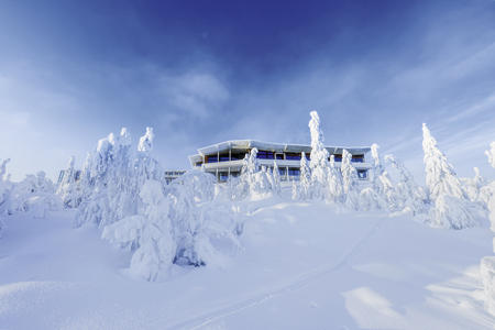 Außenansicht Hotel Iso-Syöte, tief verschneit