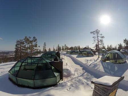 Eines der besten Hotels Lapplands trifft Schneedorf und Glasiglu