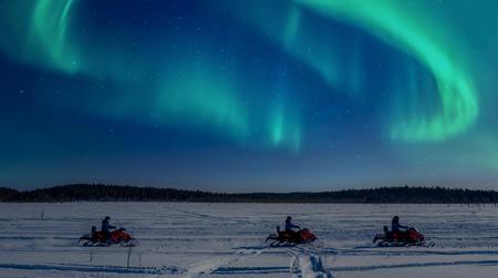 Motorschlittenfahren unterm Polarlicht