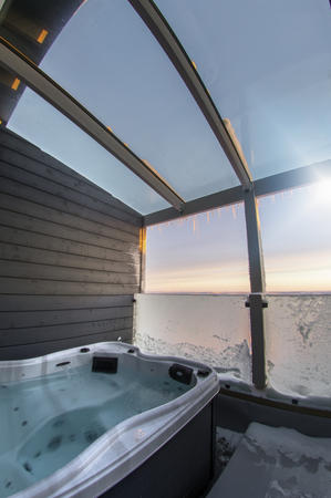Balkon mit Jacuzzi in den Nordlichtsuiten