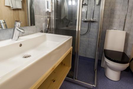 Badezimmer im Traditionshotel Inari Kultahovi