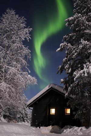 Polarlicht über einem Ferienhaus